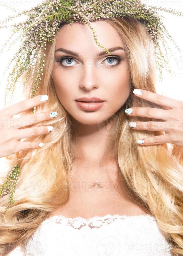 porträtt av en vacker flicka med blommor i håret foto