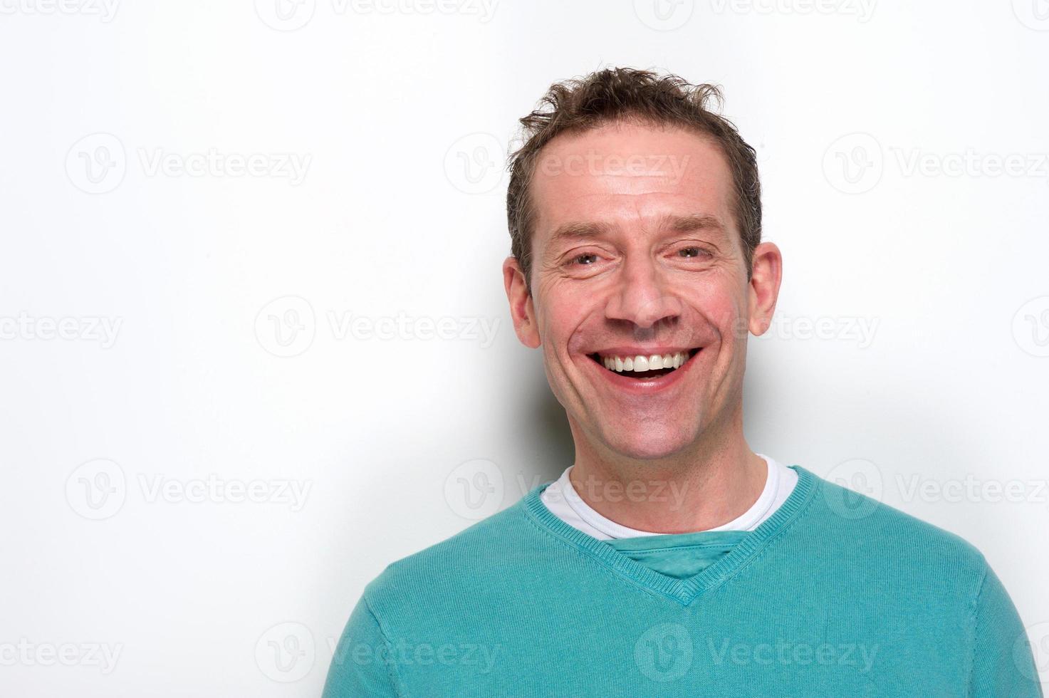 glad mitten av vuxen man skrattar foto