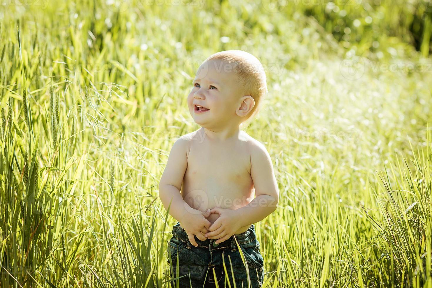 liten pojke på gräsmattan, foto