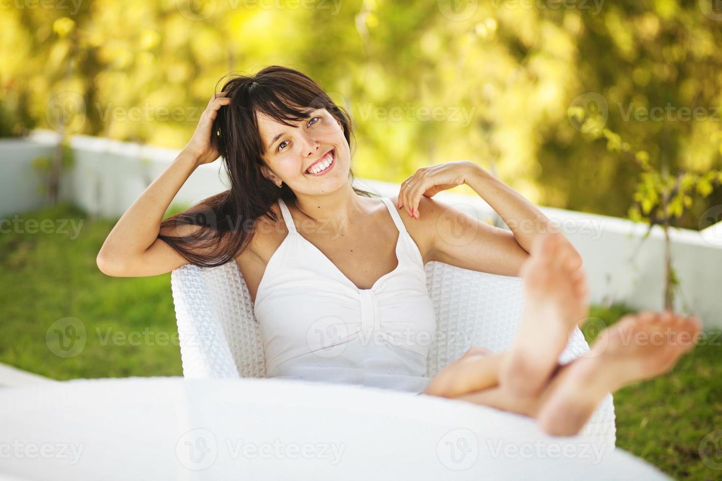 ung kvinna kopplar av hemma foto