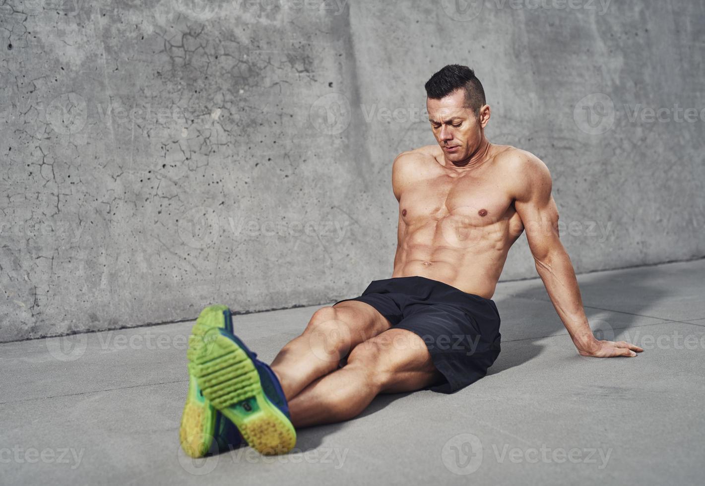 muskulös man avkopplande efter träning foto
