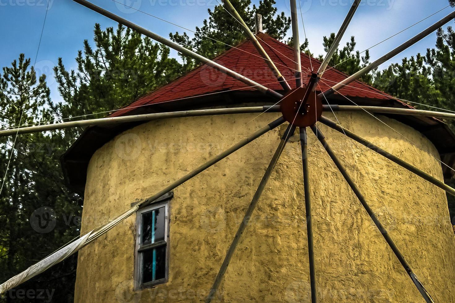 nära upp gammal väderkvarn foto