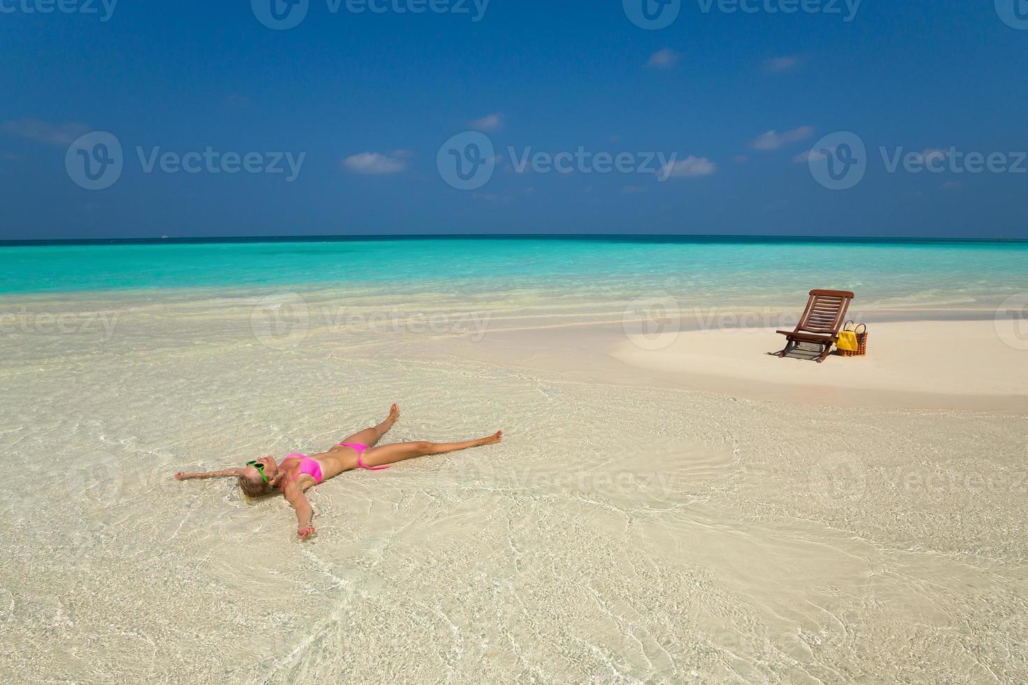 söt kvinna avkopplande på den tropiska stranden foto