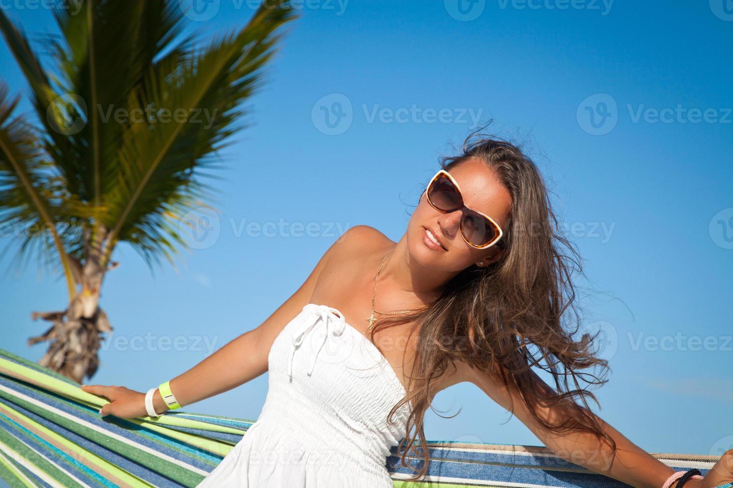ung vacker kvinna avkopplande på hängmattan foto