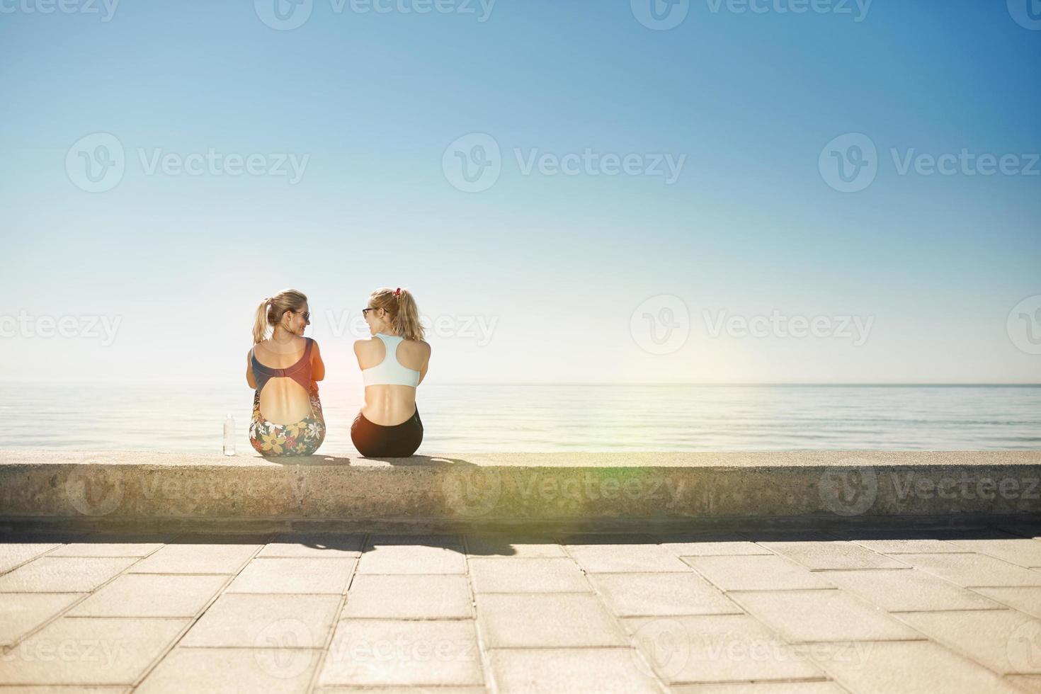 sport fitness tjejer kopplar av efter träning utomhus. foto
