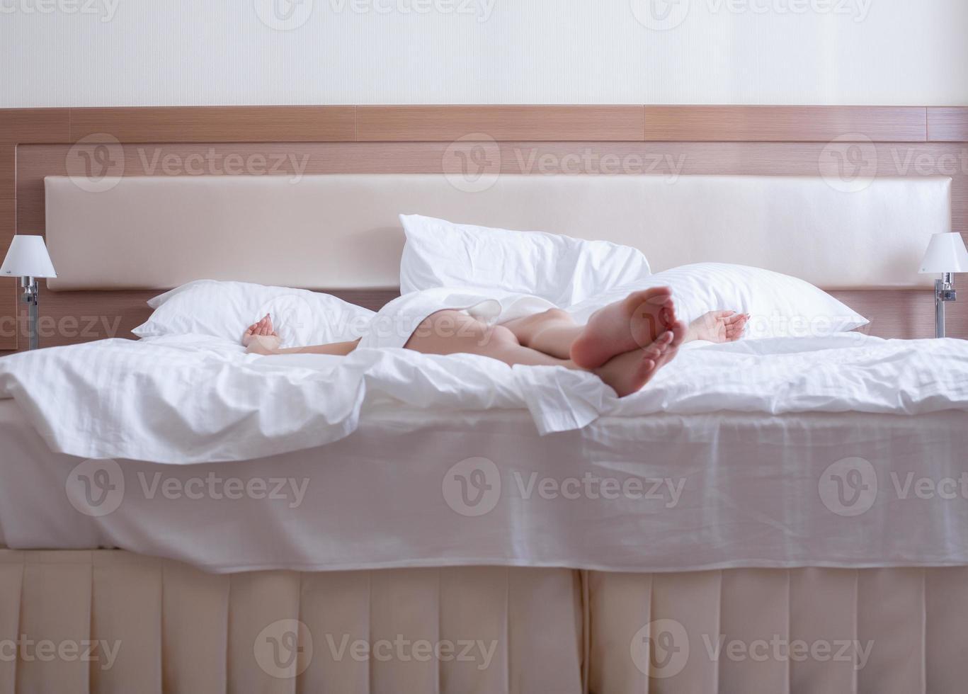 ung kvinna kopplar av bara på sängen foto