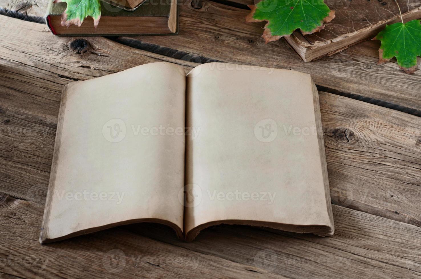 öppen vintage bok foto