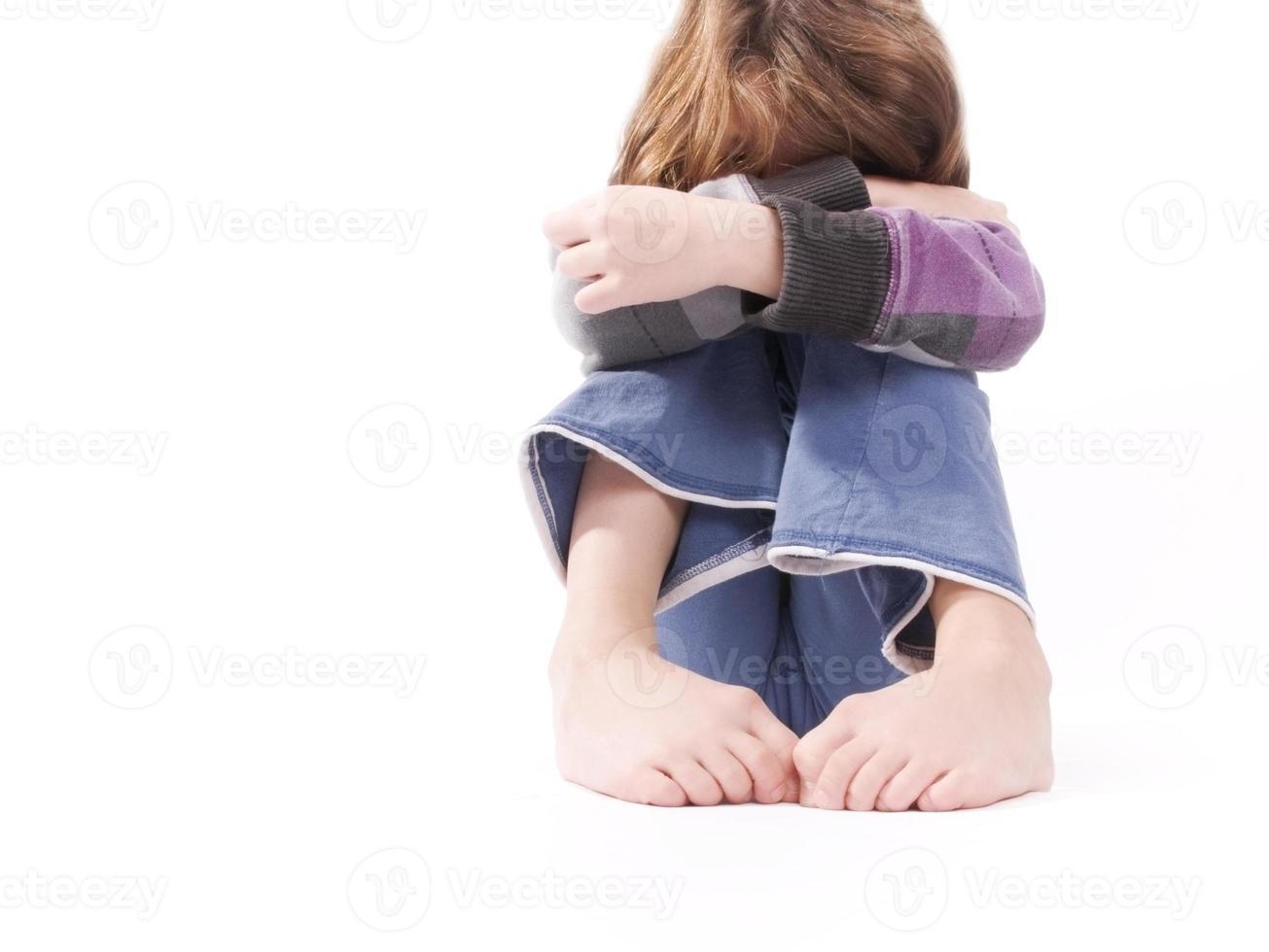 sorgligt barn, fötter i känslomässig position foto