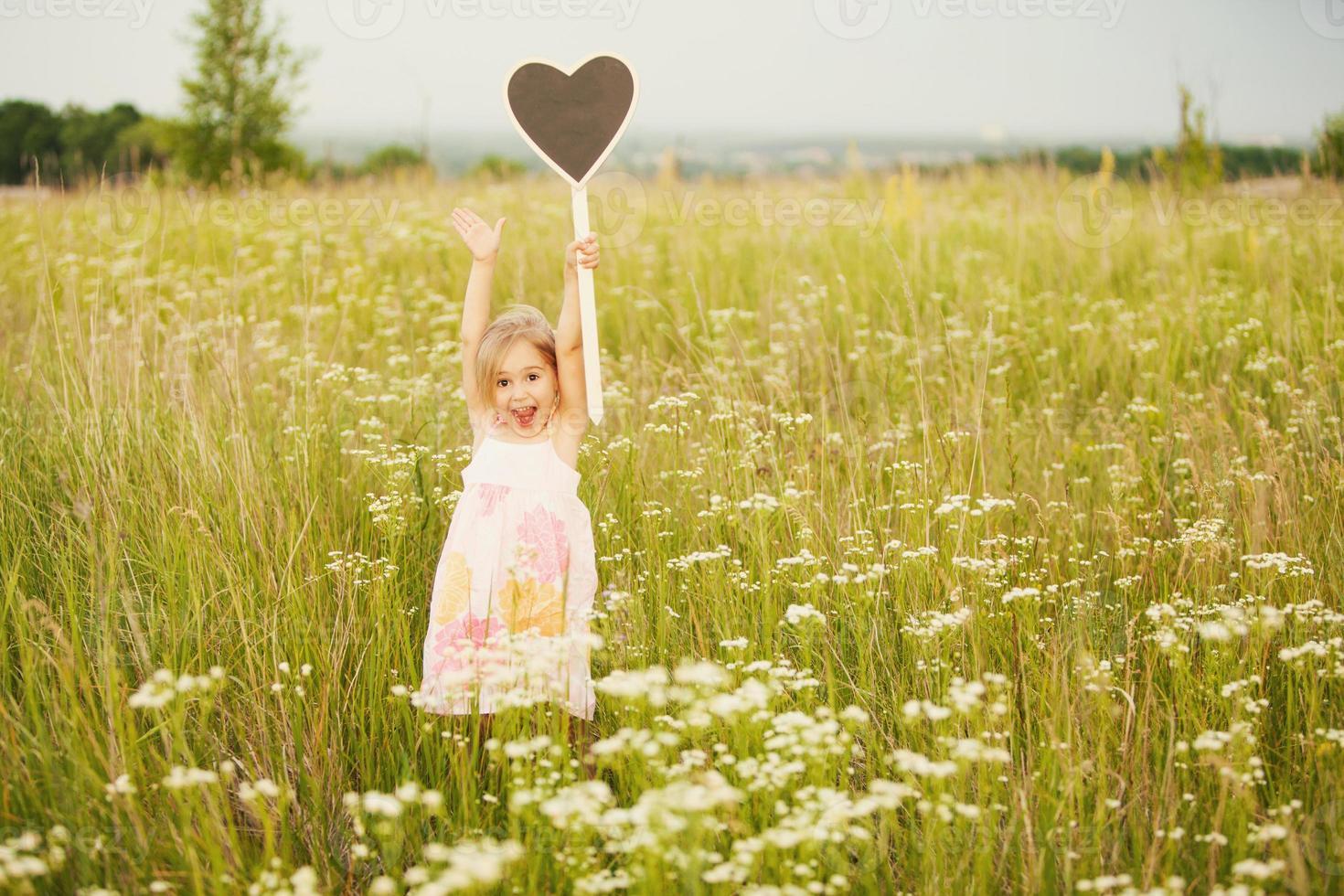 glad liten flicka med plattskärlek foto