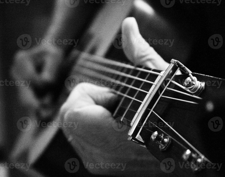 på nära håll gitarrspel foto