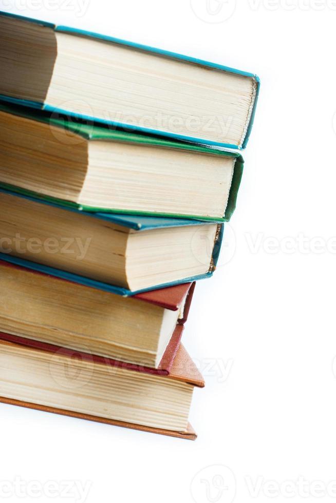 bunt med gamla böcker isolerad på vitt foto