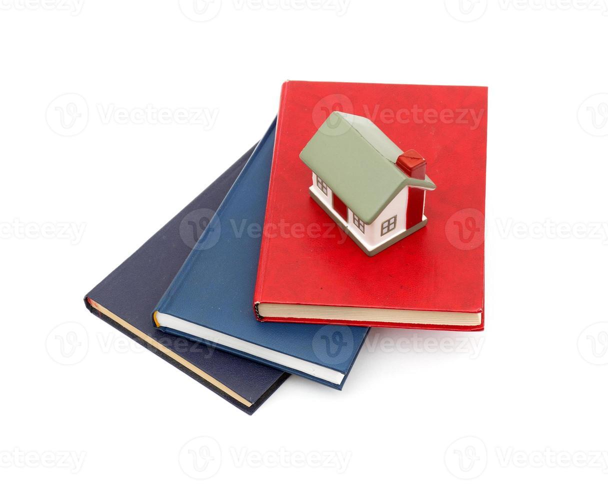 litet hus och böcker foto