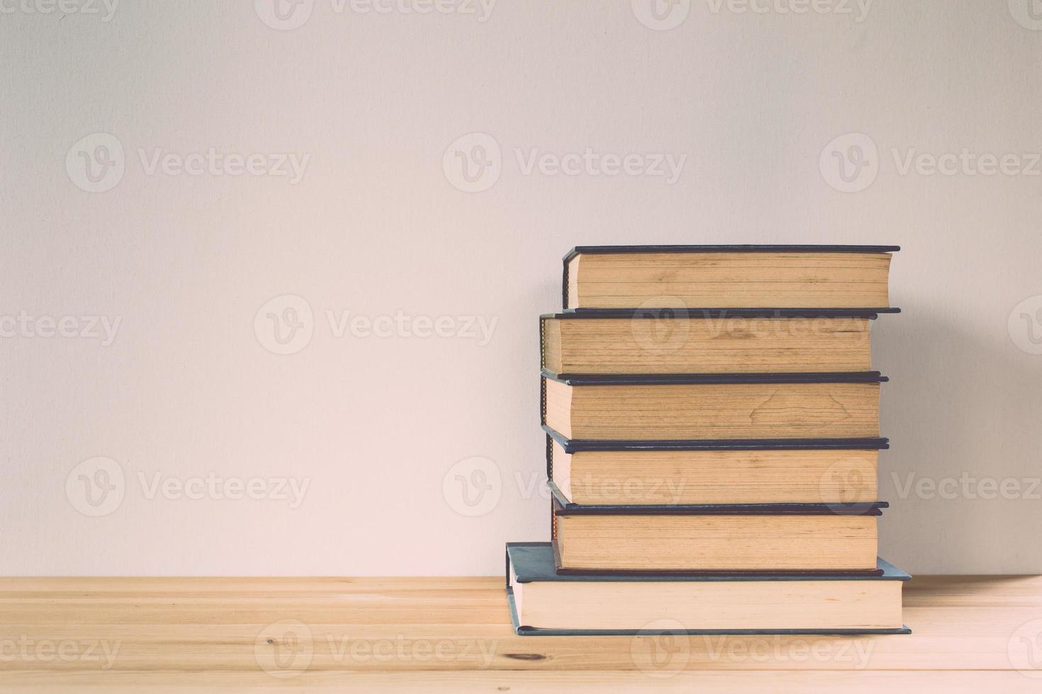 vintage ton av böcker på träbord foto