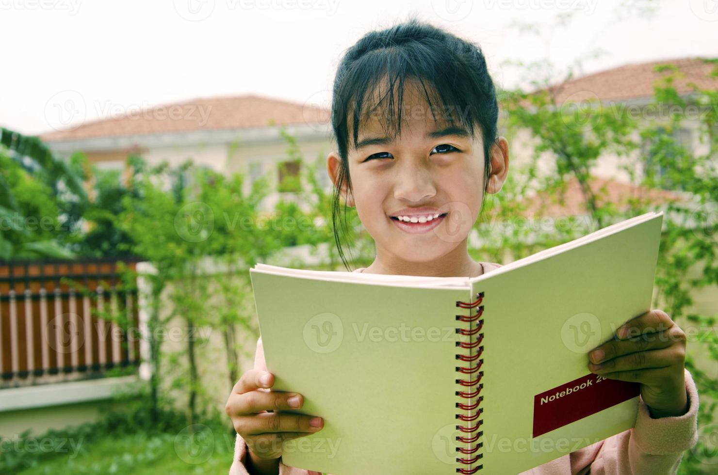 barn med böcker foto