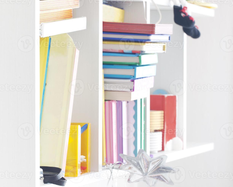 hyllor med böcker foto