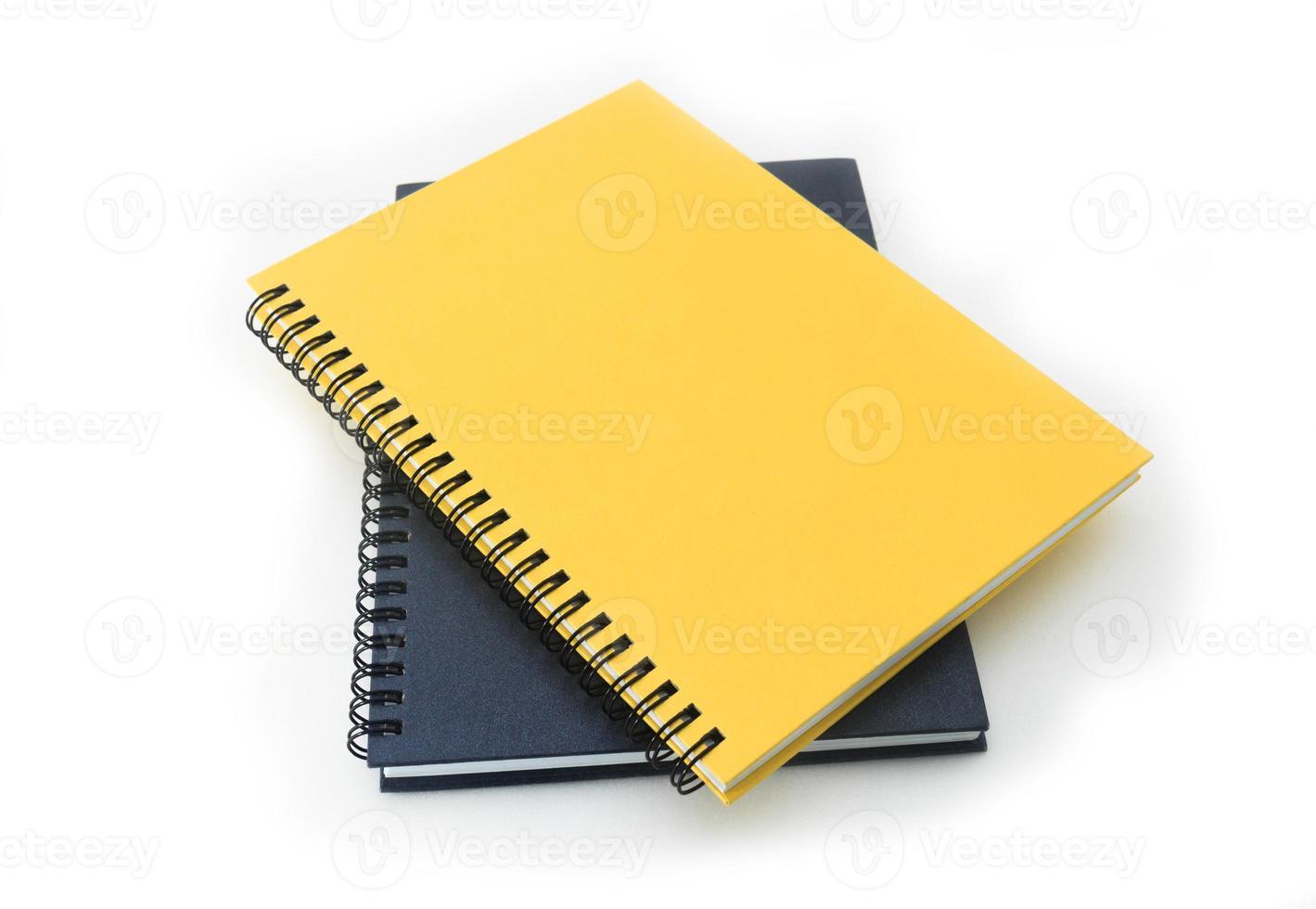 bunt med ringpärmbok eller anteckningsbok isolerad på vitt foto