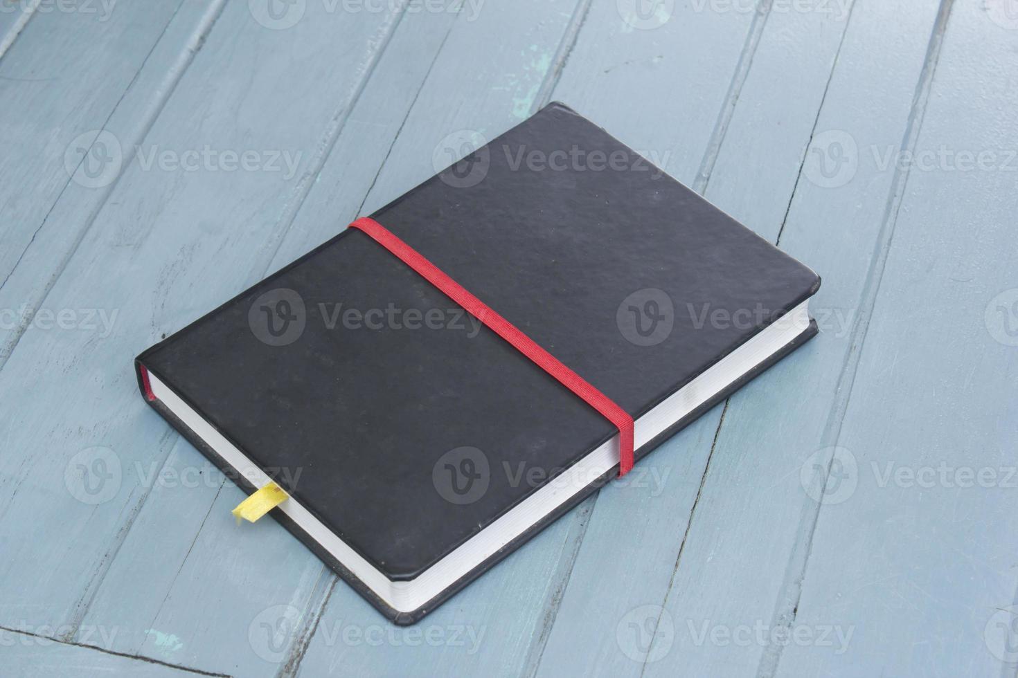 inbunden bok på trä bakgrund foto