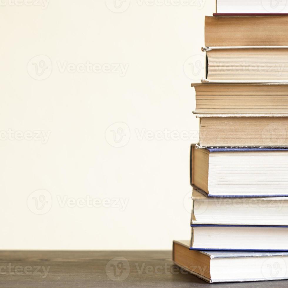 gamla böcker på trähylla. foto