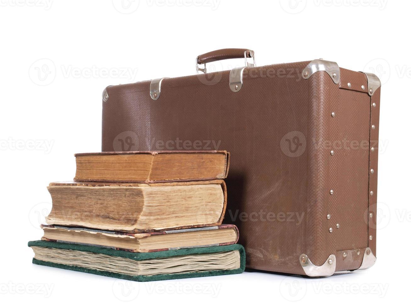 resväska och bok foto