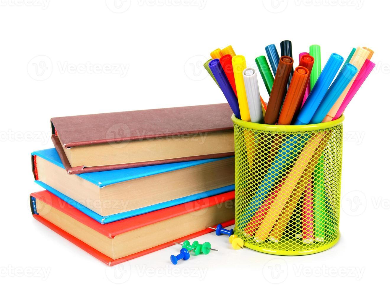 böcker och pennor. på vit bakgrund. foto