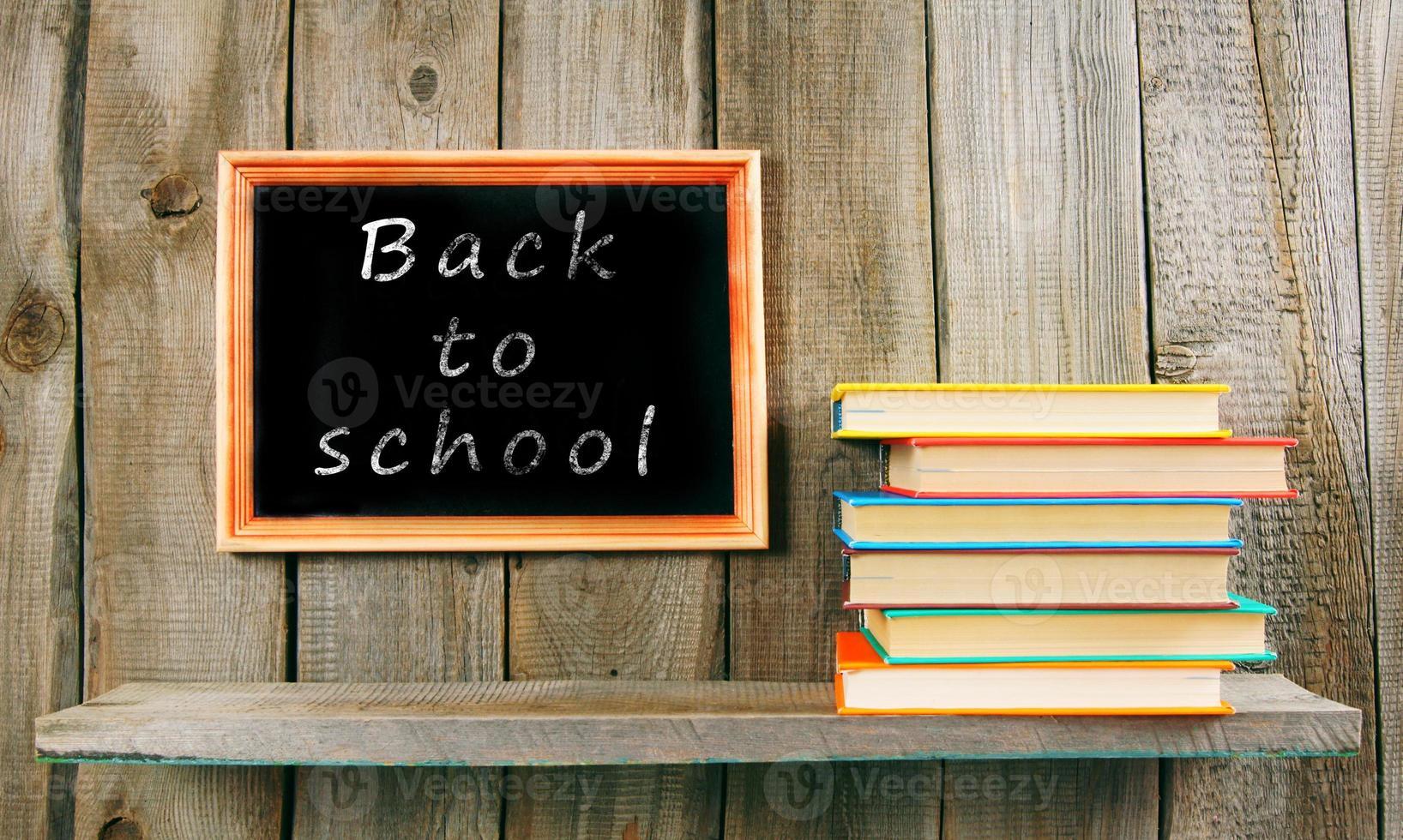 tillbaka till skolan. böcker på träbakgrund. foto