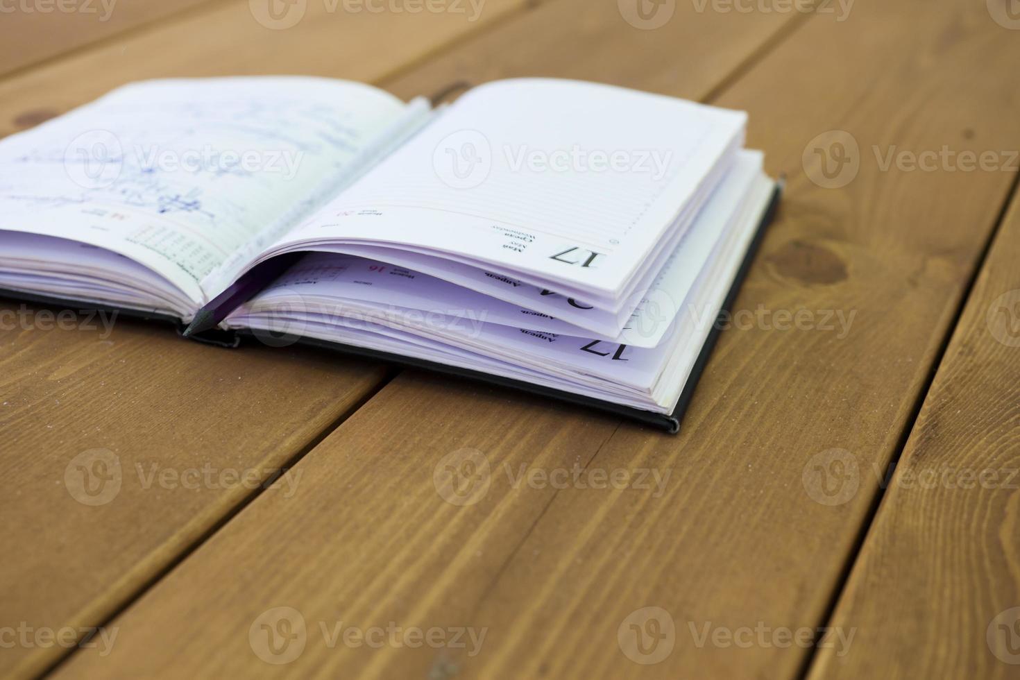 boken på ett bord foto