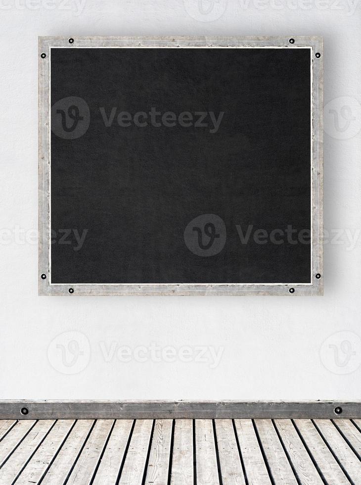 vit stuckaturvägg med svarta tavlan foto