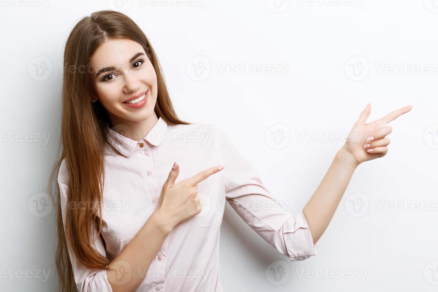 vacker flicka visar känslor foto