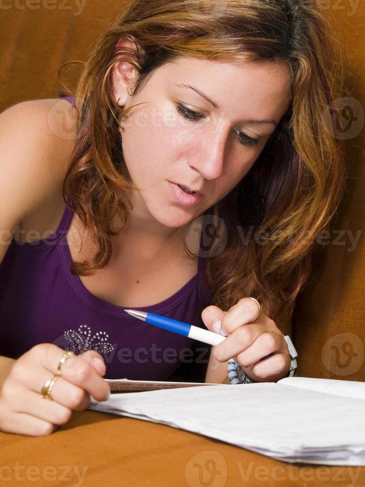tjej studerar foto