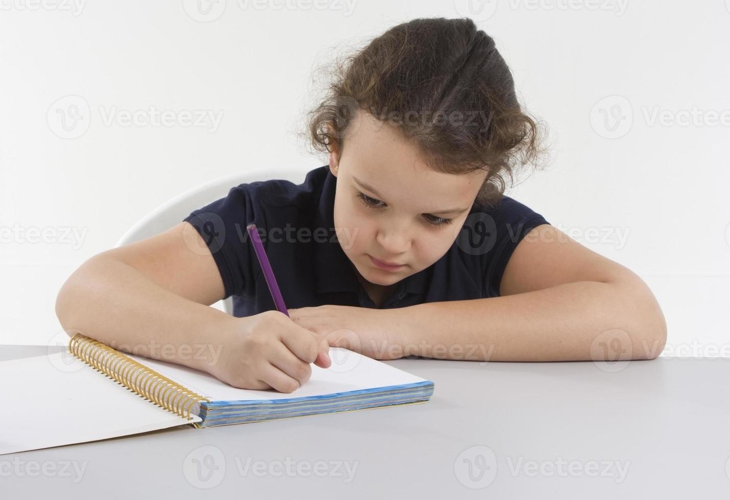 liten flicka studerar foto