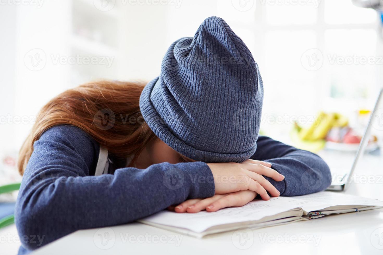 deprimerad tjej som studerar hemma foto