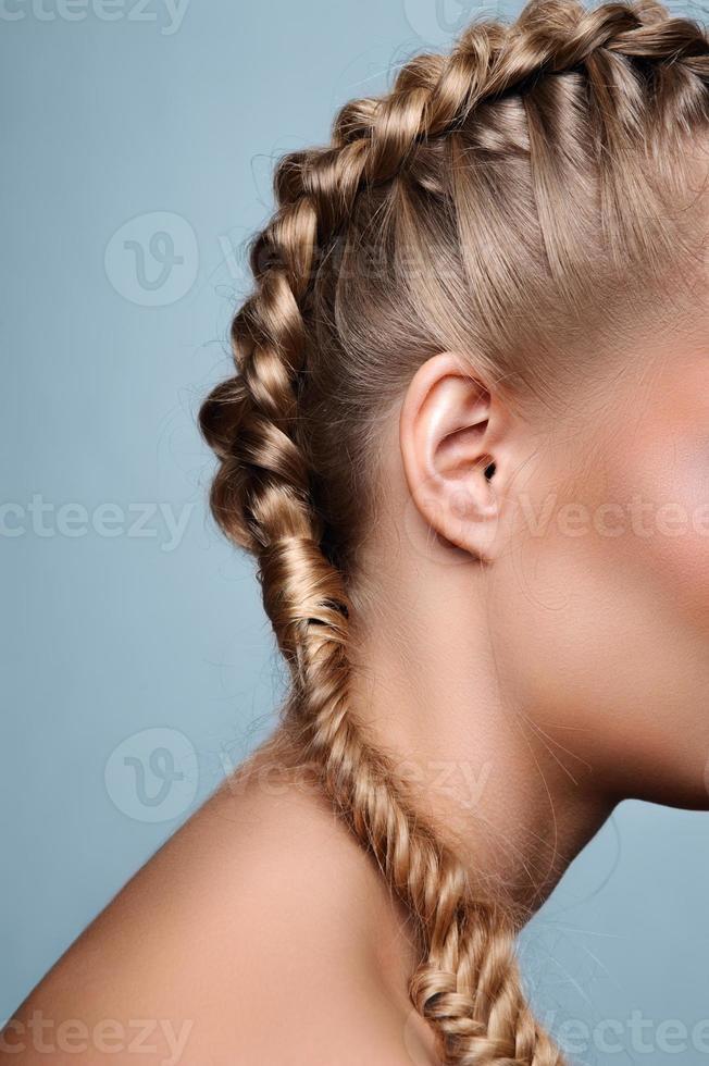 skönhetsmodell med pigtails foto