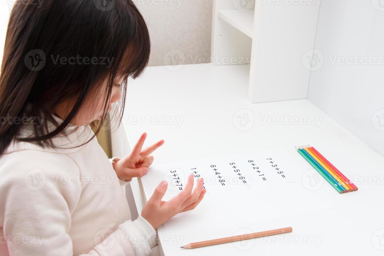 tjej som studerar aritmetiken foto