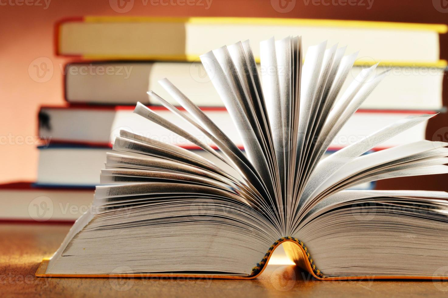 komposition med böcker på bordet foto