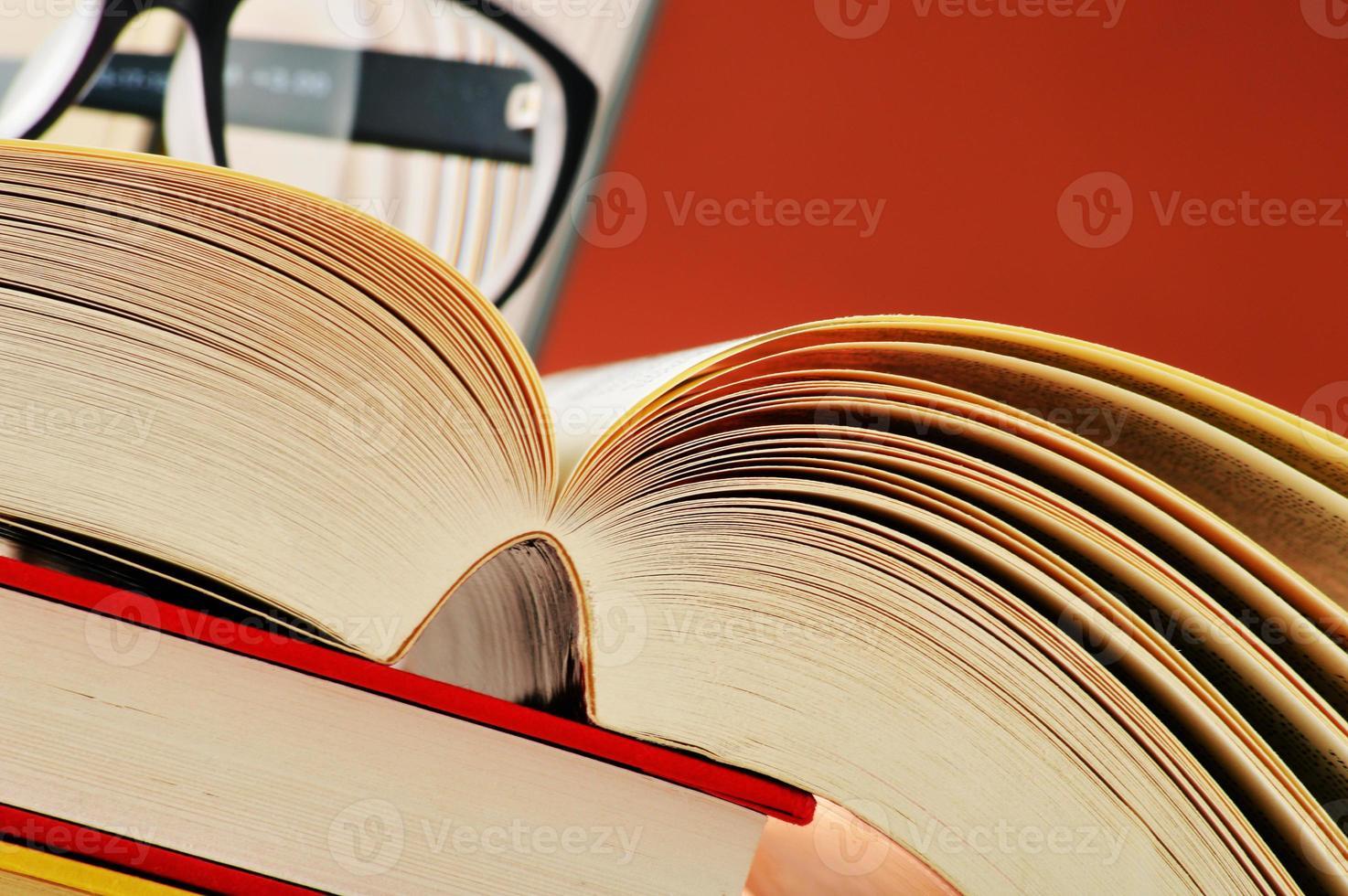 sammansättning med glasögon och böcker på bordet foto