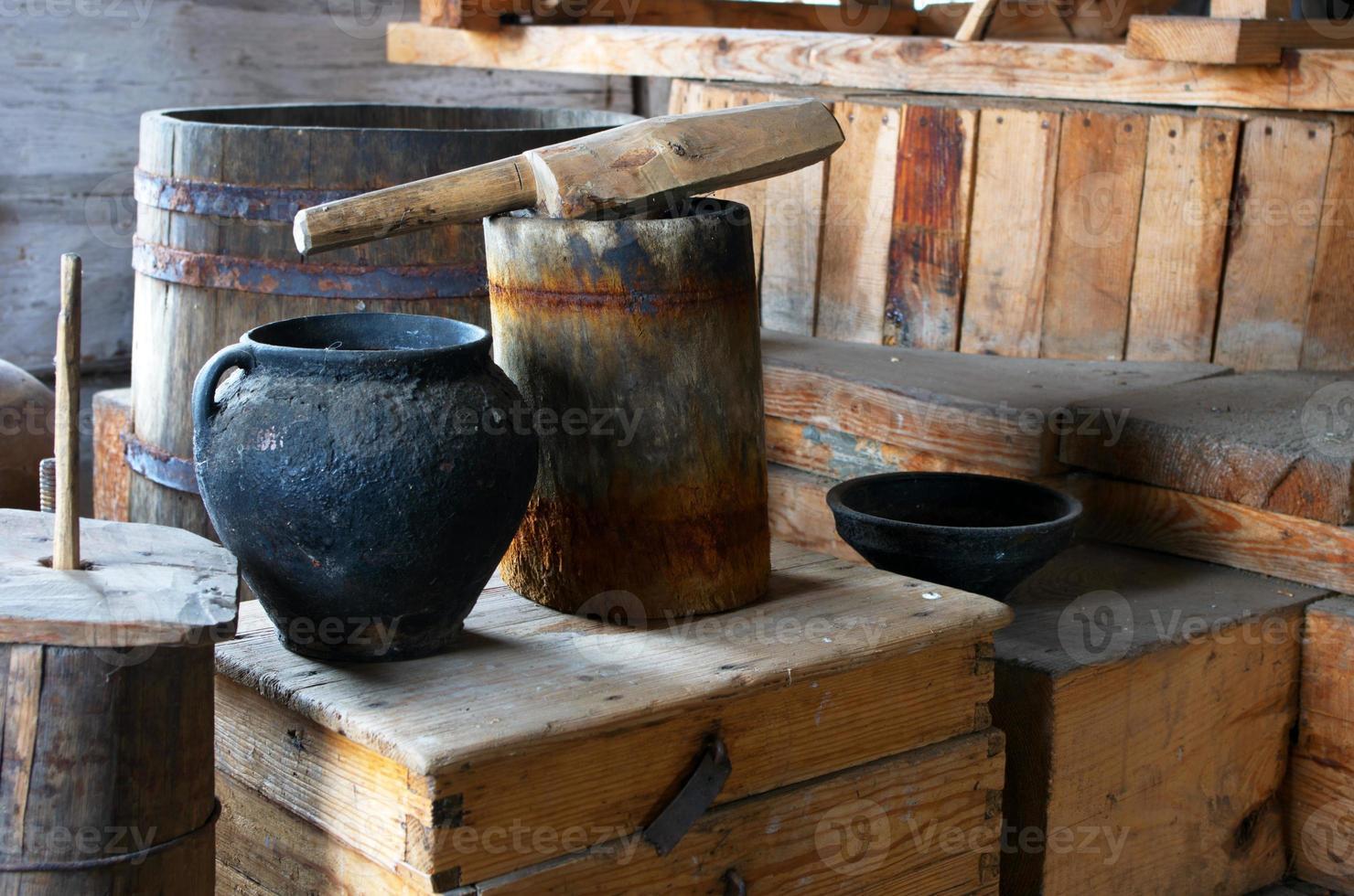 forntida inhemsk scen med vintage keramik foto