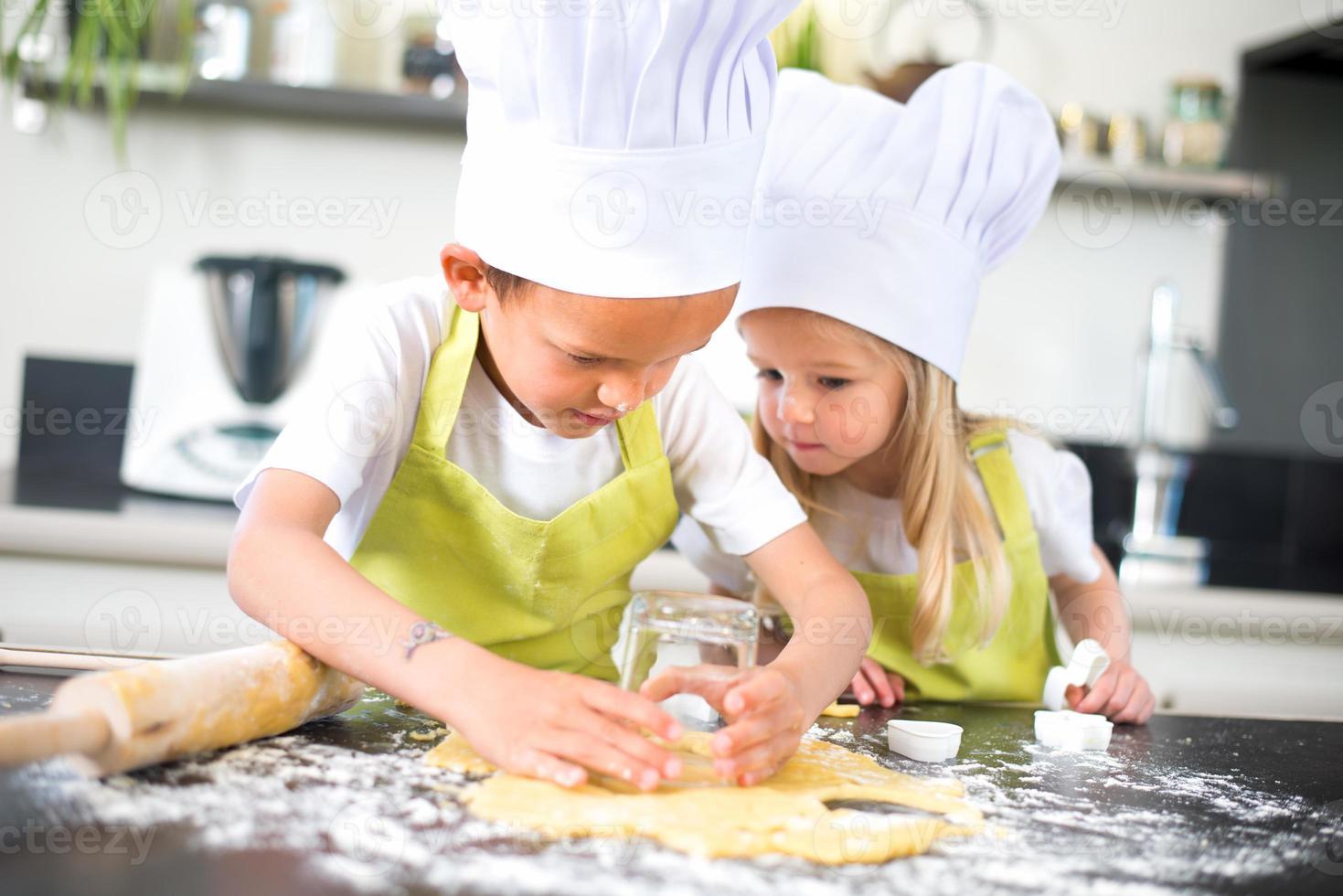 unga barn lycklig barnfamilj som förbereder roliga tårta kök hem foto