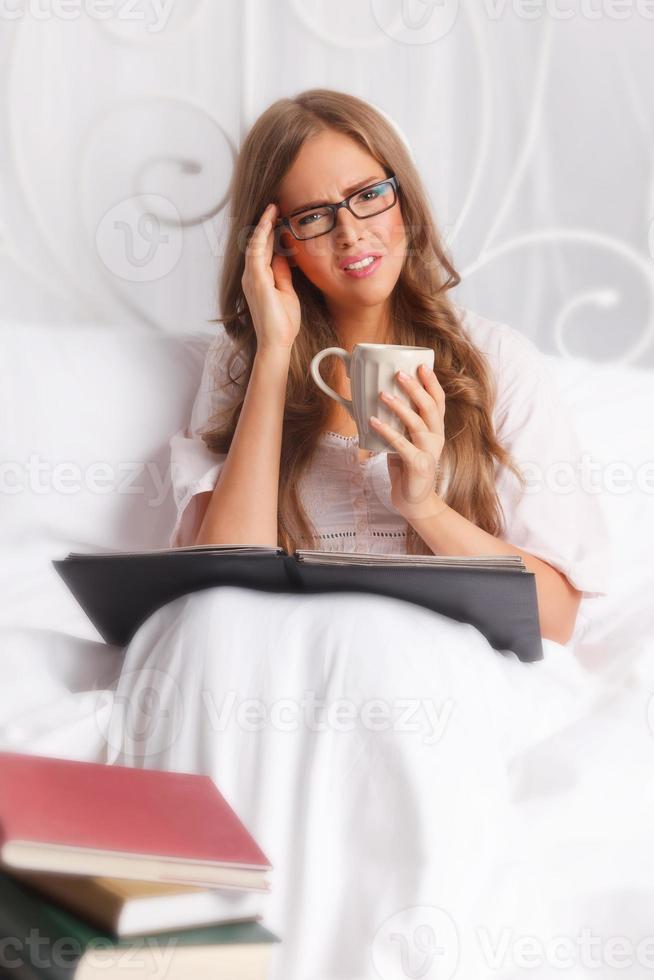 kvinna med huvudvärk studerar foto