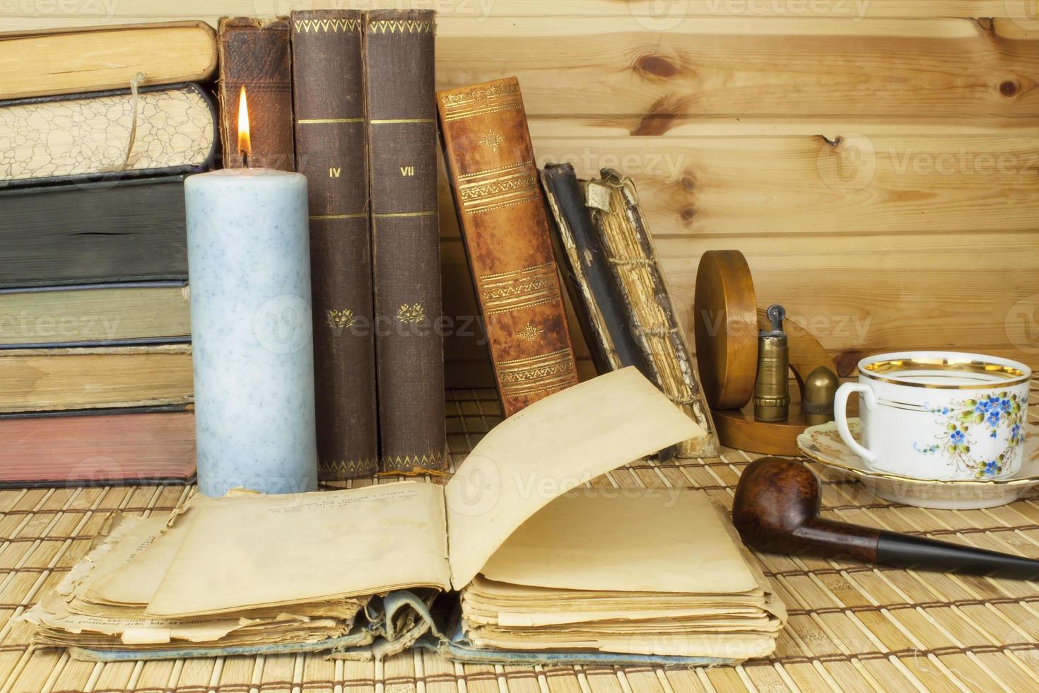 studerar historia. gamla böcker på bordet. foto