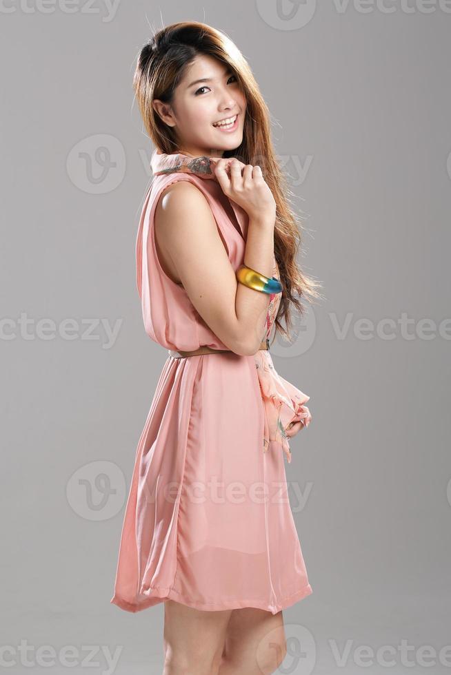 asiatisk modemodell i veckad chiffonklänning med tryckduk. foto