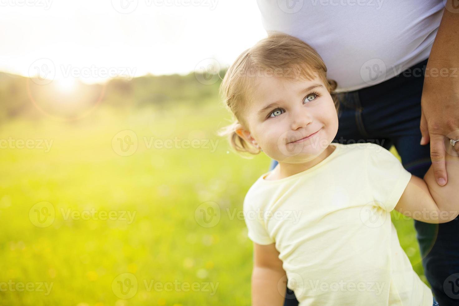 liten flicka med mamma foto