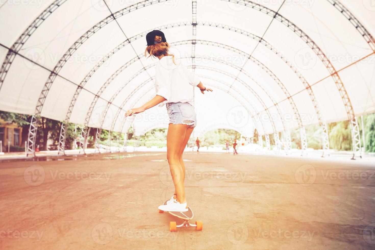 mode livsstil, vacker ung kvinna med longboard foto