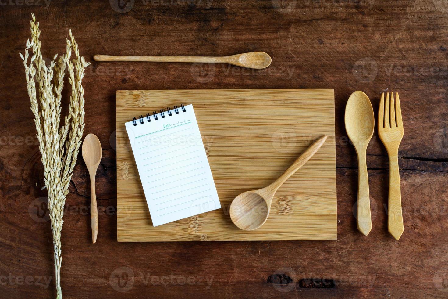 anteckningsbok och träredskap på gammalt trä foto