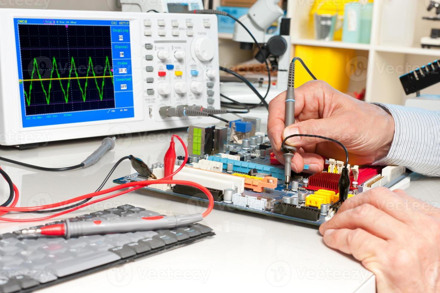 testning av elektronisk utrustning foto