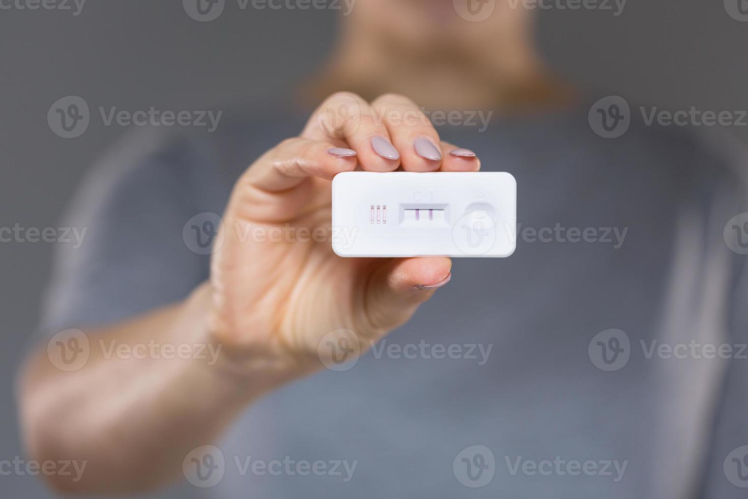 graviditetstest i händerna på kvinnan foto