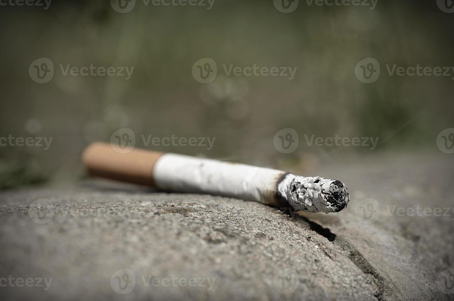 cigarett på asfalt foto