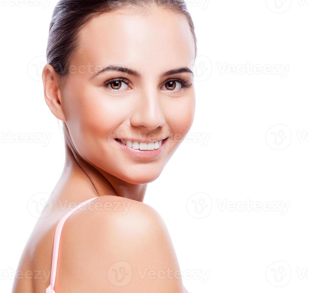 vackert ansikte av ung vuxen kvinna med ren frisk hud foto