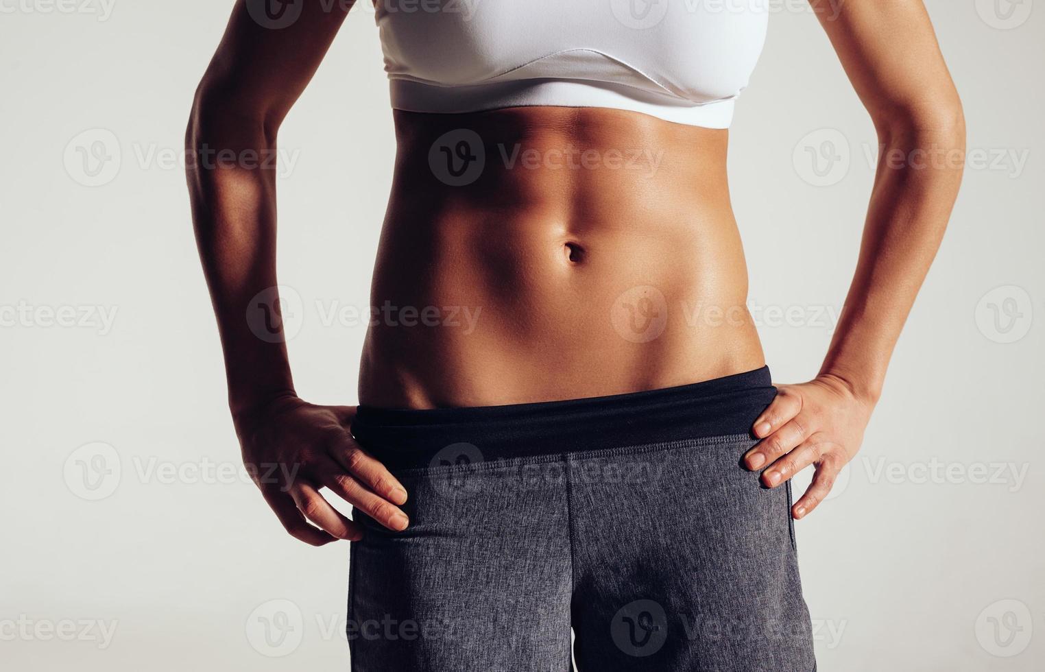 torso av en kvinnlig fitnessmodell foto