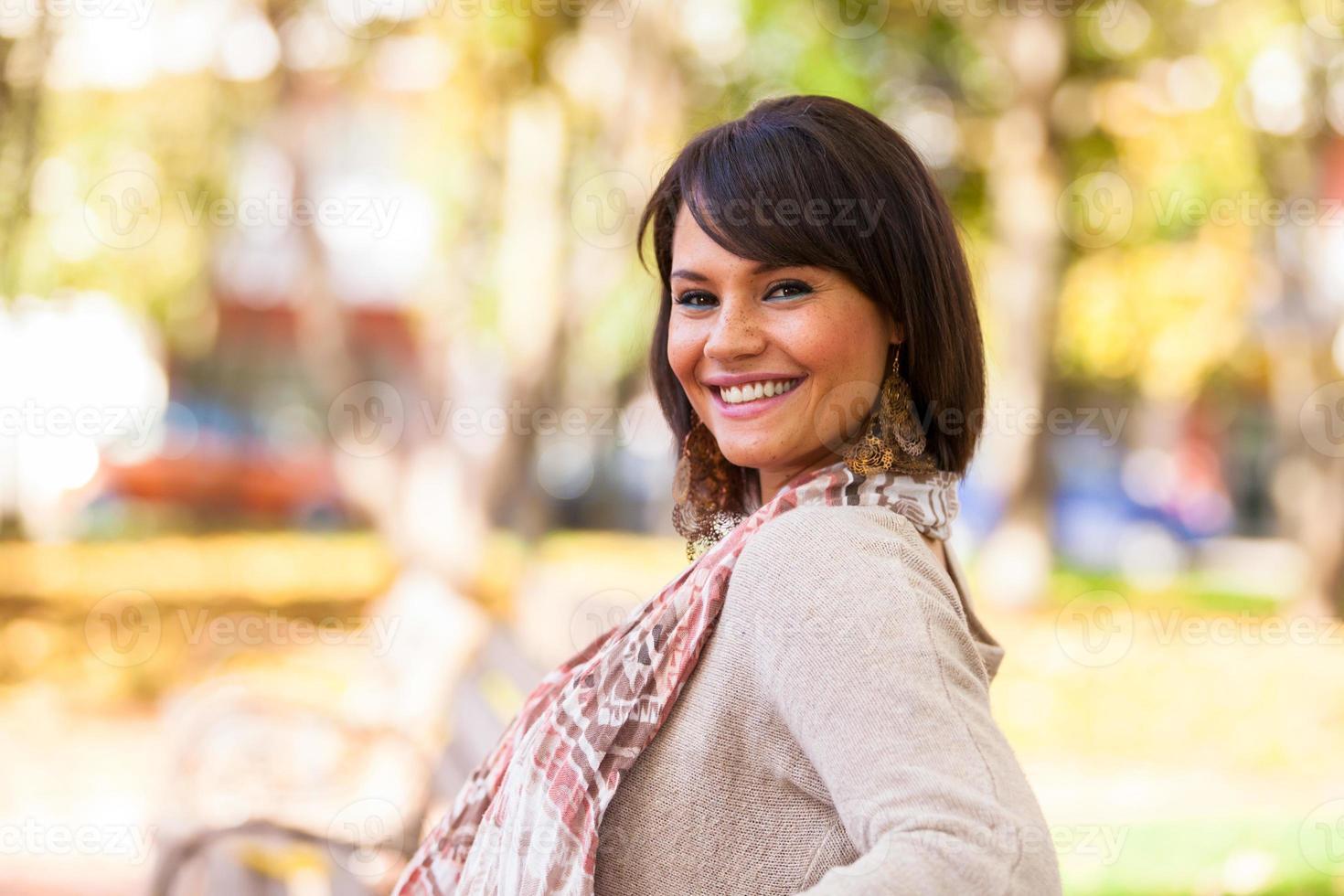 höst utomhus porträtt av vacker ung kvinna foto