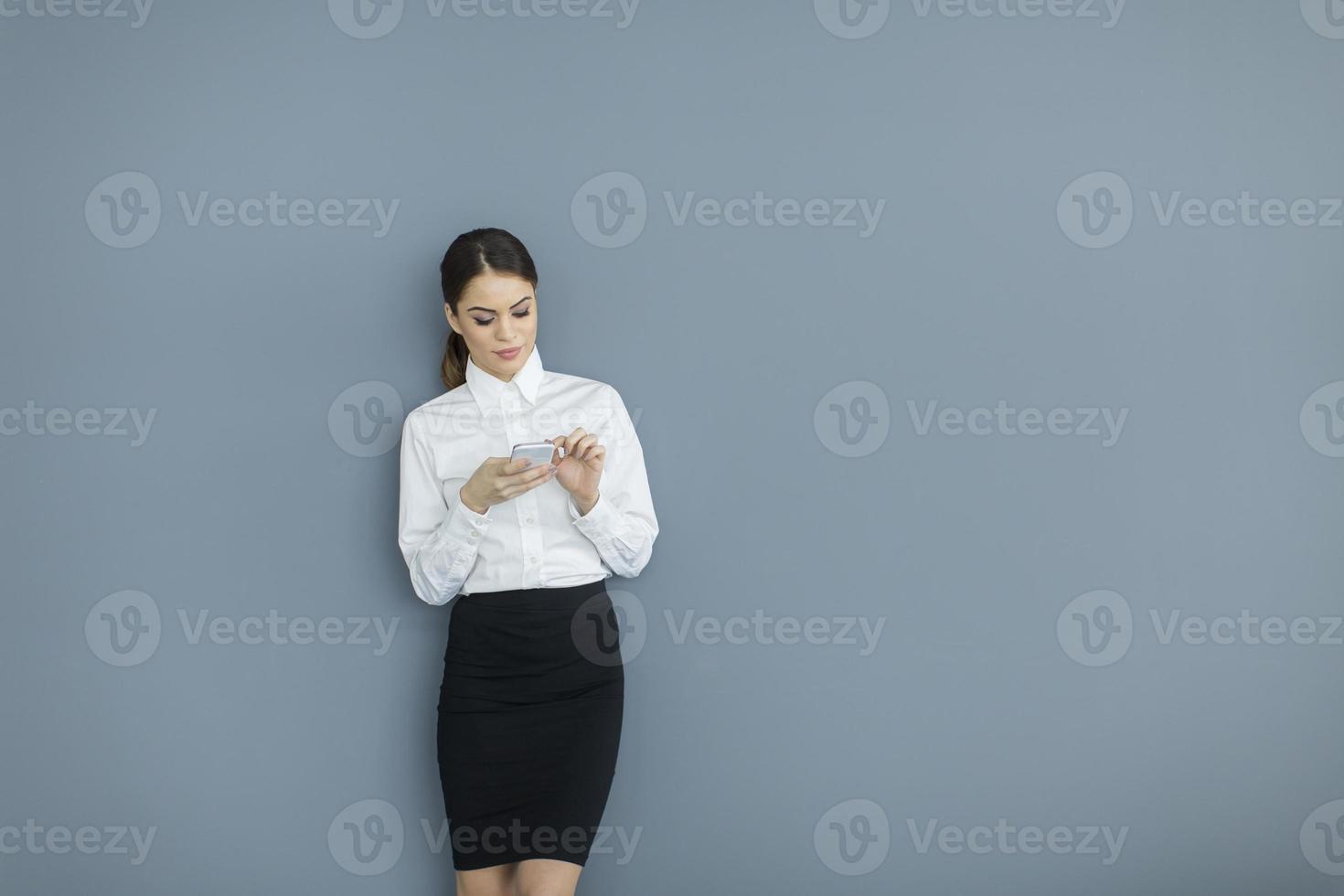 ung kvinna vid väggen foto